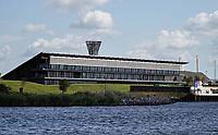 Nederland  Zaanstad Assendelft Nauerna 2019.  De Nauernasche Polder, tussen de woonbebouwing Nauerna en het Noordzeekanaal, is sinds begin jaren tachtig in gebruik als vuilstort van de firma Afvalzorg. Wegens problemen bij afvalverwerkingsbedrijf AEB uit Amsterdam, wordt hier de komende tijd ook afval uit Amsterdam gestort. Hoofdkantoor de Vouw. Het hoofdkantoor is bovenop de afvalverwerkingslocatie gebouwd. De Vouw is hiermee het eerste permanente kantoor in Nederland dat is gebouwd op afval.  Foto Berlinda van Dam / Hollandse Hoogte