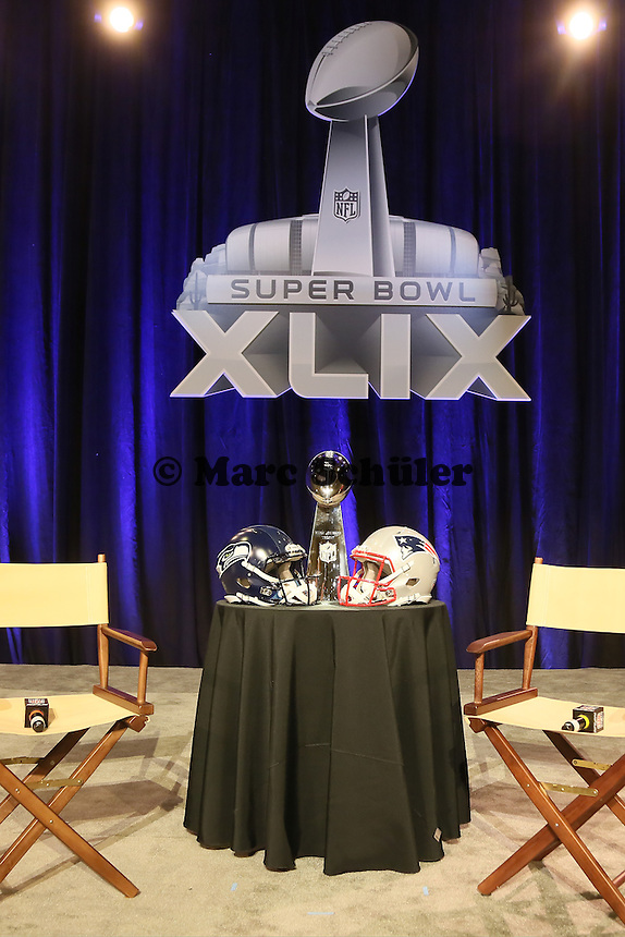Helme der Seattle Seahawks und New England Patriots mit der Vince-Lombari-Trophy des Super Bowl Siegers - Gemeinsame Team Pressekonferenz Super Bowl XLIX, Convention Center Phoenix