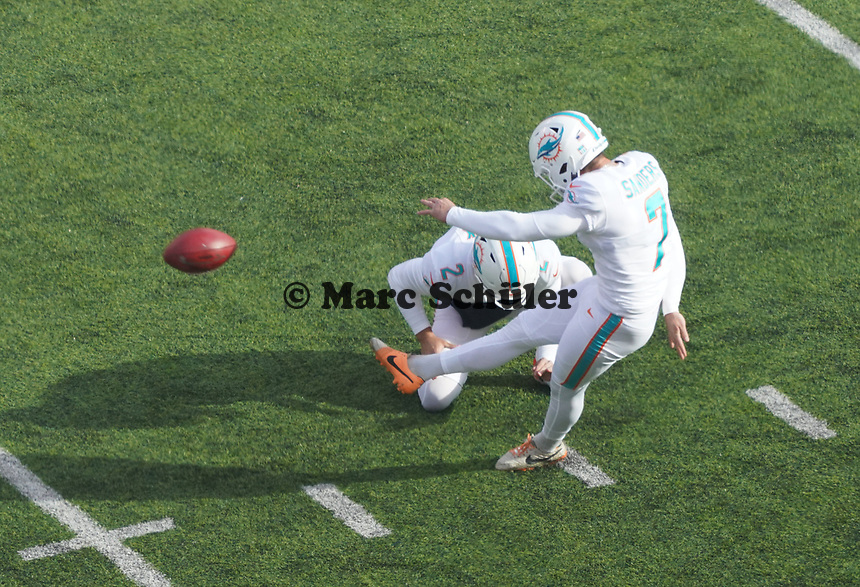 Field Goal kicker Jason Sanders (7) of the Miami Dolphins zum 0:3, Holder punter Matt Haack (2) of the Miami Dolphins - 08.12.2019: New York Jets vs. Miami Dolphins, MetLife Stadium New York