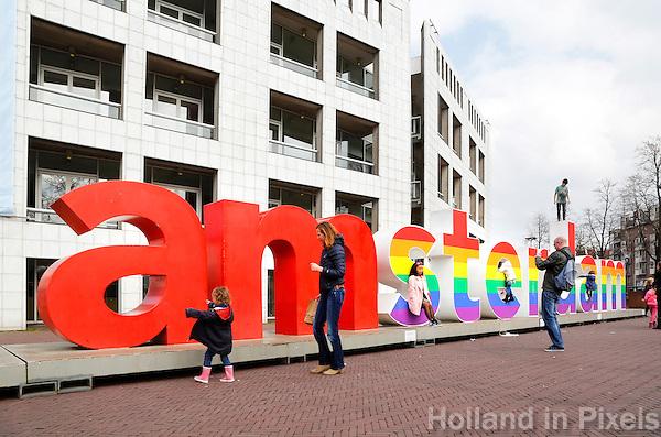 Nederland  Amsterdam 2016.  Ter ere van het eerste burgerlijk huwelijk tussen homoseksuelen in Amsterdam, vrijdag 15 jaar geleden, is het I Amsterdam-logo voor de Stopera in regenboogkleuren gestoken. Foto Berlinda van Dam / Hollandse Hoogte