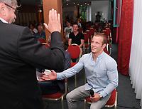 Sportforum Winghofer Medicum Rottenburg 2017, 28.06.2017 Gast beim Sportforum: Olympiasieger 2014 Fabian Hambuechen (re) begruesst von Dr. Berthold Hallmaier (li)