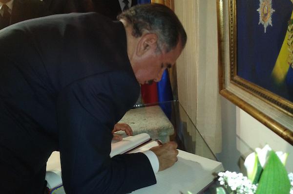 Danilo Medina firma libro de condolencias en la Embajada de Venezuela en SAnto Domingo.