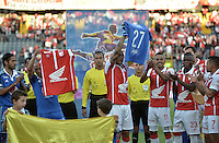BOGOTÁ -COLOMBIA, 13-09-2014. Mayer Candelo (Centro Izq) capitan de Millonarios y Omar Perez (Centro Der) captian de Santa Fe intercambian camisetas previo al encuentro entre Independiente Santa Fe y Millonarios por la fecha 9 de la Liga Postobón II 2014 jugado en el estadio Nemesio Camacho El Campín de la ciudad de Bogotá./ Mayer Candelo (Center L) captain of Millonarios and Omar Perez (Center R) captain of Santa Fe  exchanged shirts during the formal events prior the match between Independiente Santa Fe and Millonarios for the 9th date of the Postobon League II 2014 played at Nemesio Camacho El Campin stadium in Bogotá city. Photo: VizzorImage/ Gabriel Aponte / Staff