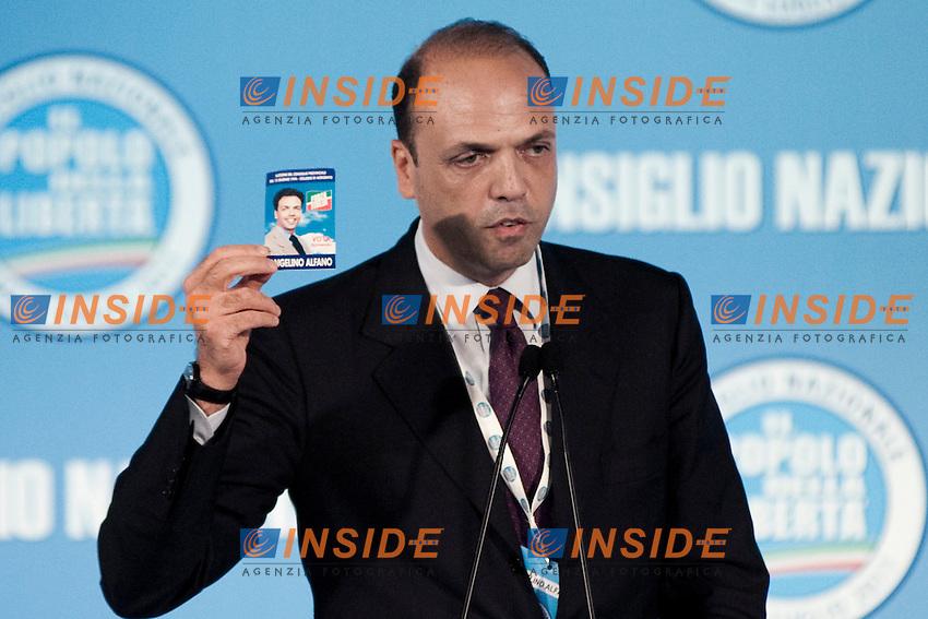 CONSIGLIO NAZIONALE DEL POPOLO DELLA LIBERTA ED ELEZIONE DEL NUOVO SEGRETARIO DEL PARTITO ANGELINO ALFANO...NELLA FOTO ANGELINO ALFANO MOSTRA IL SANTINO DELLA SUA PRIMA CANDIDATURA RISALENTE AL 1992..ROMA 1 LUGLIO  2011..PHOTO SERENA CREMASCHI INSIDEFOTO..............................