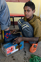 ETHIOPIA , Tigray, Adwa or Adua, boy polish shoes with his shoe shine wooden box / AETHIOPIEN, Tigray, Adwa, Junge putzt Schuhe