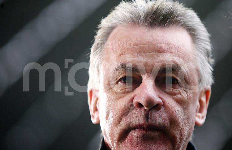 FUSSBALL   INTERNATIONAL      TESTSPIEL                SAISON 2007/2008            FC Bayern Muenchen - Olympiaauswahl China                   02.12.2007 Trainer Ottmar HITZFELD (Muenchen) vor Spielbeginn.