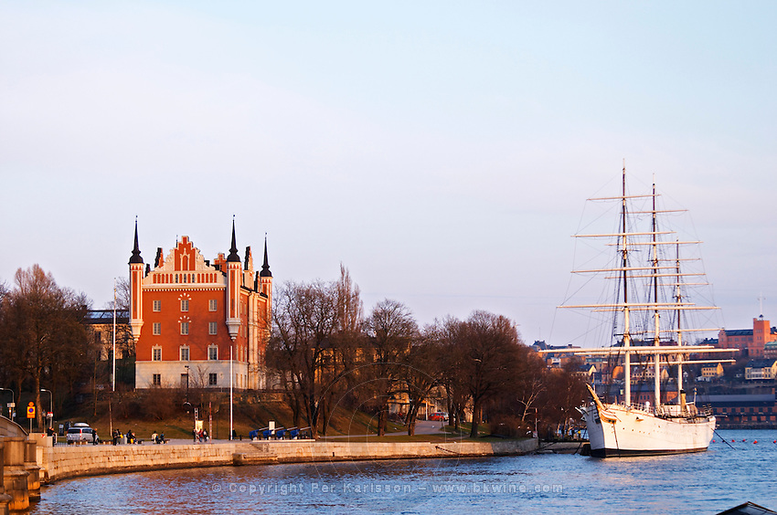 Amiralitetshuset, the Palace of the Admiralty, on the Skeppsholmen, late 17th century. The Af Chapman three masted former school tall ship, now anchored off Skeppsholmen and functioning as a youth hostel. Stockholm. Sweden, Europe.