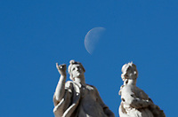 La luna sopra le statue durante l'udienza generale del mercoled&igrave; in Piazza San Pietro. Citt&agrave; del Vaticano, 19 aprile  2017.<br /> The moon over staues during the weekly general audience at St Peter's square at the Vatican, on April 19 2017.<br /> UPDATE IMAGES PRESS/Isabella Bonotto<br /> <br /> STRICTLY ONLY FOR EDITORIAL USE