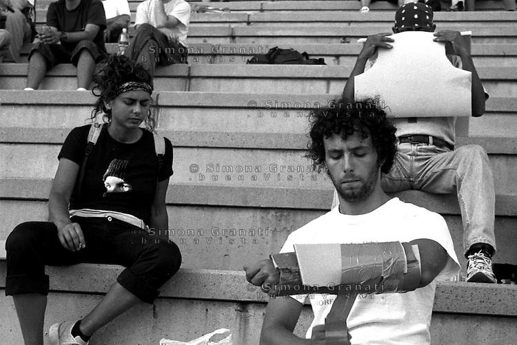 Genova 20 Luglio 2001.G8.Stadio Carlini,Disobbedienti preparano le protezioni