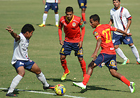 BARRANQUIILLA -COLOMBIA-9-JULIO-2014. Nelino Tapia (Der) y Daniel Machacon (Centro) de Uniautonoma disputan el balon con Duvan Blanco de Union Magdalena por la Copa Postobon II en el estadio Metropolitano. Nelino Tapia  (R) and  Daniel Machacon (center) of Uniautónoma dispute the ball with Duvan Blanco  of  Union Magdalena  by Postobon  Cup II in Metropolitan Stadium Photo:VizzoImage / Alfonso Cervantes / Stringer
