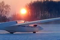 4415/ASK21: EUROPA, DEUTSCHLAND, HAMBURG  28.01.2006 Winterflugbetrieb, ASK 21 im Flugzeugschlepp, das Flugzeug trägt den Namen des Segelflugweltmeister Heinz Huth