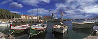 Europe/France/Languedoc-Rousillon/66/Pyrénées-Orientales/ Collioure: le port est ses barques catalanes [et l'église avec son clocher dome qui fut l'ancien phare du port]