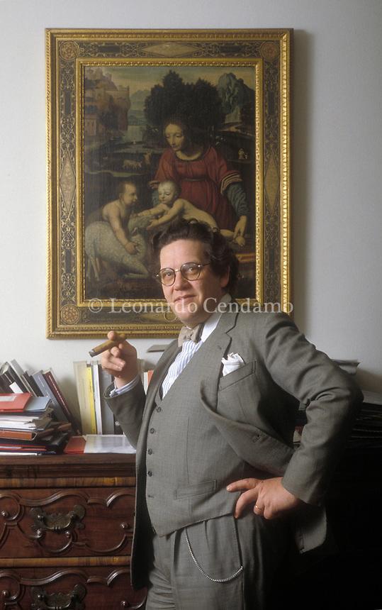 Philippe Daverio, assessore della cultura di milano, 1995. Scrittore, critico d'Arte, giornalista, e' stato uno storico dell'arte, politico, personaggio televisivo italiano con cittadinanza francese. Milano, 22 febbraio 1995. Photo Leonnardo Cendamo/Gettyimages