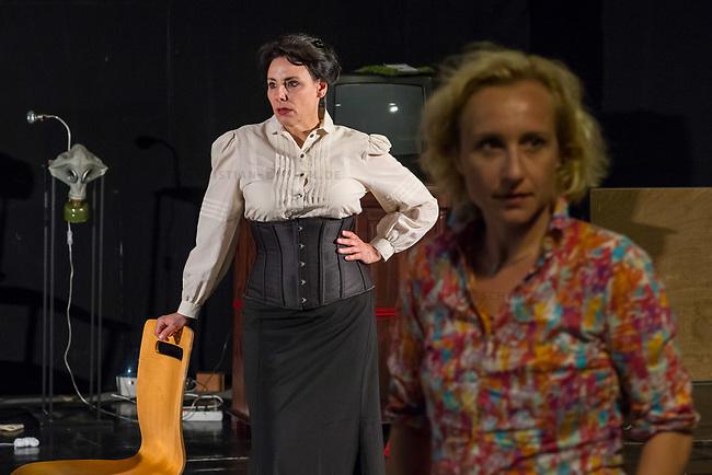 Probe des Theaterstueck &quot;ROSA- UND DIE FREIHEIT DER ANDERSDENKENDEN&quot; der Dramaturgin Barbara Kastner.<br /> Regie: Anja Panse (rechts im Bild).<br /> Darsteller:<br /> Rosa Luxemburg: Susanne Jansen (links im Bild).<br /> Ernst Julius Waldemar Pabst, Kaiser Wilhelm III, u.a.: Lutz Wessel.<br /> Leutnant, Bundesverteidigungsminsiterin, u.a.: Arne van Dorsten.<br /> Musikerin, Sophie Lieberknecht: Annegret Enderle.<br /> 22.5.2017, Berlin<br /> Copyright: Christian-Ditsch.de<br /> [Inhaltsveraendernde Manipulation des Fotos nur nach ausdruecklicher Genehmigung des Fotografen. Vereinbarungen ueber Abtretung von Persoenlichkeitsrechten/Model Release der abgebildeten Person/Personen liegen nicht vor. NO MODEL RELEASE! Nur fuer Redaktionelle Zwecke. Don't publish without copyright Christian-Ditsch.de, Veroeffentlichung nur mit Fotografennennung, sowie gegen Honorar, MwSt. und Beleg. Konto: I N G - D i B a, IBAN DE58500105175400192269, BIC INGDDEFFXXX, Kontakt: post@christian-ditsch.de<br /> Bei der Bearbeitung der Dateiinformationen darf die Urheberkennzeichnung in den EXIF- und  IPTC-Daten nicht entfernt werden, diese sind in digitalen Medien nach &sect;95c UrhG rechtlich geschuetzt. Der Urhebervermerk wird gemaess &sect;13 UrhG verlangt.]