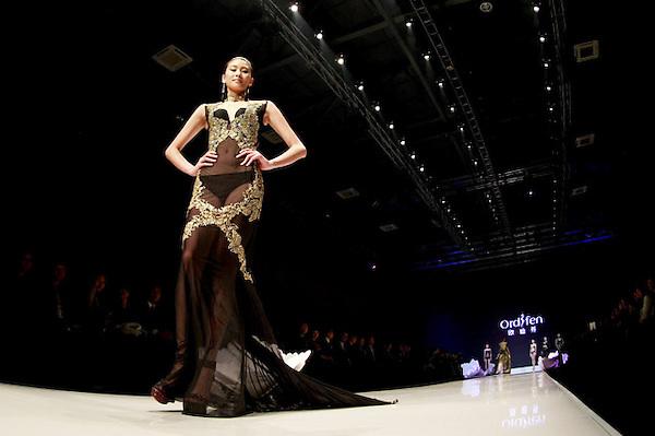 SMA006. PEKÍN (CHINA), 25/10/2012.- Una modelo presenta una creación de la marca china Ordifen hoy, jueves 25 de octubre de 2012, durante la Semana de la Moda Mercedes-Benz China en Pekín (China). EFE/DIEGO AZUBEL
