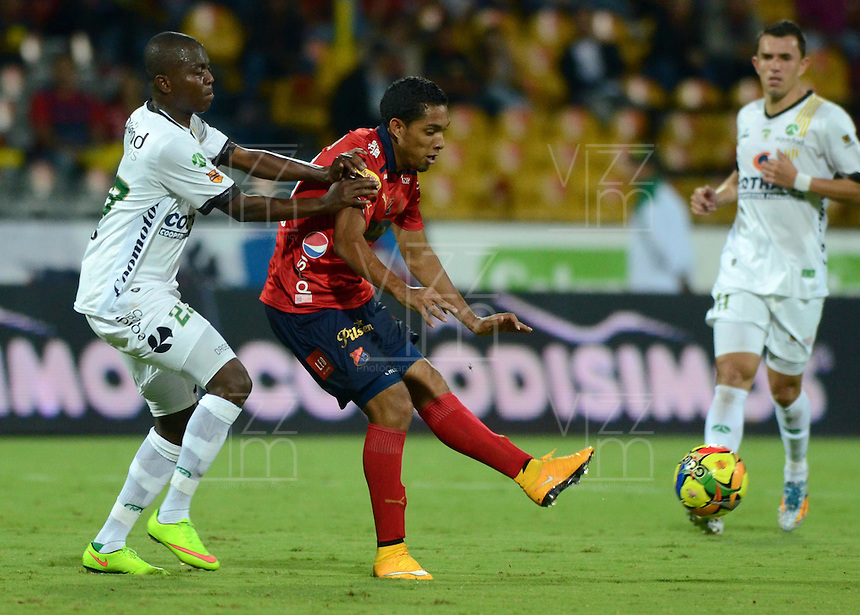 MEDELLIN -COLOMBIA-1-NOVIEMBRE-2014. Javier Calle  (D) jugador de Independiente Medellin en accion  contra Equidad partido de la fecha 17 de La Liga Postobon   realizado en el estadio Atanasio Girardot de Medell'n./ Javier Calle player Independiente Medellin in actions against Equidad Party dated 17 La Liga Postobon made at Atanasio Girardot stadium in Medellin .Photo: VizzorImage / Luis R'os / STR