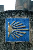 Wegzeichen Jakobsweg bei Castrojeriz, Ruine San Antón, Kastilien-León, Spanien. , UNESCO-Weltkulturerbe