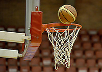 Cesta de baloncesto y Balón, aro / Basket and Ballon, ring. Photo: VizzorImage/ Gabriel Aponte / Staff