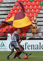 IBAGUÉ -COLOMBIA, 26-01-2016: Jaminton Campaz (Der) jugador de Deportes Tolima disputa el balón con Santiago Roa (Izq) jugador del Tigres FC durante partido por la fecha 11 de la Liga Águila I 2017 jugado en el estadio Manuel Murillo Toro de la ciudad de Ibagué./ Jaminton Campaz (R) player of  Deportes Tolima vies for the ball with Santiago Roa (L) player of Tigres FC during match for date 11 of the Aguila League I 2017 played at Manuel Murillo Toro stadium in Ibague city. Photo: VizzorImage / Juan Carlos Escobar / Cont
