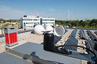 GERMANY Hamburg, HAW technolgy center CC4E with hydrogen storage, photovoltaic unit and Nordex wind farm Curslack / DEUTSCHLAND, Hamburg, HAW Technologiezentrum CC4E, Dach mit PV Solaranlage und Wasserstoff Speicher, Hintergrund Windpark Curslack mit Nordex N117 Windkraftanlagen