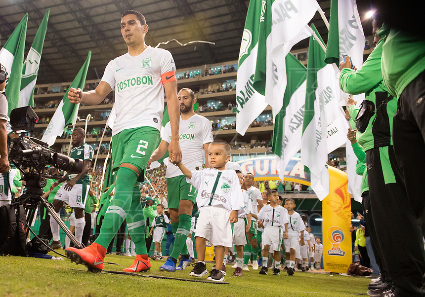 PALMIRA - COLOMBIA, 26-05-2019: Jugadores de Nacional ingresan al campo de juego previo al partido entre Deportivo Cali y Atlético Nacional por la fecha 4, cuadrangulares semifinales, de la Liga Águila I 2019 jugado en el estadio Deportivo Cali de la ciudad de Palmira. / PLayers of Nacional go inside the field prior the match for the date 4, semifinal quadrangulars,, between Deportivo Cali and Atletico Nacional of the Aguila League I 2019 played at Deportivo Cali stadium in Palmira city.  Photo: VizzorImage / Gabriel Aponte / Staff