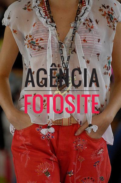 Sao Paulo, Brasil – 14/06/2007 - Detalhe do desfile de Isabela Capeto durante o São Paulo Fashion Week  -  Verão 2008. Foto : Olivier Classe / Agência Fotosite