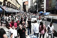 ATENCAO EDITOR: FOTO EMBARGADA PARA VEICULOS INTERNACIONAIS - SÃO PAULO, 29 DE SETEMBRO 2012 - COMERCIO RUA 25 DE MARÇO - Movimentação do comercio na rua 25 de Março devido a aproximação do dia das crianças, na manhã desse sábado , 29, zona central da capital. FOTO LOLA OLIVEIRA-BRAZIL PHOTO PRESS