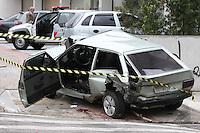 SAO PAULO, SP, 13/05/2012, ACIDENTE AV. RADIAL LESTE.  No inicio da manha de hoje (13) um veiculo em alta velocidade (VW/GOLF) colidiu contra a traseira de um (VW) Gol, jogando o mesmo contra um muro na Av. Radial Leste altura do numero 430. O motorista sofreu varias escoriacoes e foi socorrido pelos bombeiros a hospital da regiao. Segundo informacao de populares o motorista do Golf tirava racha com uma Mercedes, a plocia investigara o caso.  Luiz Guarnieri/ Brazil Photo Press