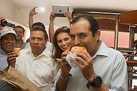 San Juan del Río, Qro. 19 marzo 2014.- Durante su gira por esta ciudad Ernesto Cordero y Juan Manuel Oliva, visitaron a militantes casa por casa en el centro de la ciudad, saludando les e invitado a que voten por su formula por el CEN del PAN. En la panadería de un panista de renombre en esta ciudad se dieron tiempo de probar panes de queso preparadados especialemente para las visitas. Foto TETÉ/OBTURE PRESS AGENCY;