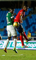 CALI -COLOMBIA-05-10-2014. Carlos Rivas (Izq) del Deportivo Cali disputa el balón con Faber Cañaveral (der) de Uniautónoma durante partido por la fecha 13 de la Liga Postobón II 2014 jugado en el estadio Pascual Guerrero de la ciudad de Cali./ Deportivo Cali player Carlos Rivas (L) fights for the ball with Uniautonoma player Faber Cañaveral (R) during match for the 13th date of Postobon League II 2014 played at Pascual Guerrero stadium in  Cali city.Photo: VizzorImage/ Juan C. Quintero /STR