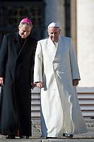 Papa Francesco con il suo segretario Georg Ganswein, scende dal sagrato di Piazza San Pietro al termine della Udienza Generale.