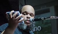 SAO PAULO, SP, 21 DE ABRIL 2013 - SHOW ED MOTTA - O cantor e compositor Ed Motta durante show do projeto Vitrine da Cultura realizado em shopping na manha deste domingo no shopping Mooca regiao leste da cidade de Sao Paulo. FOTO: VANESSA CARVALHO - BRAZL PHOTO PRESS.