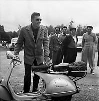 23-24 Août 1956. Vue du défenseur toulousain Richard Boucher devant son scooter