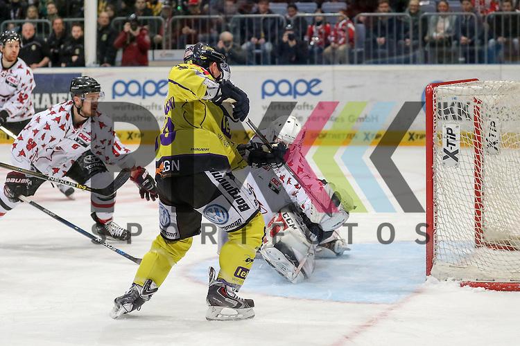 Direkt nach dem kassierten Treffer macht Krefelds Martin Schymainski (Nr.88) den Ausgleich nach perfekter Vorlage gegen Koelns Moritz Mueller (Nr.91) am Boden und Koelns Gustaf Wesslau (Nr.29) der nicht parieren kann beim Spiel in der DEL, Koelner Haie - Krefeld Pinguine.<br /> <br /> Foto &copy; PIX-Sportfotos *** Foto ist honorarpflichtig! *** Auf Anfrage in hoeherer Qualitaet/Aufloesung. Belegexemplar erbeten. Veroeffentlichung ausschliesslich fuer journalistisch-publizistische Zwecke. For editorial use only.