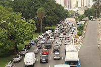 SAO PAULO, SP, 08 MARCO 2013 - TRANSITO EM SAO PAULO -  Transito intenso e com retencao nessa manha na Avenida 23 de Maio em direcao a zona sul na Liberdade regiao central da capital paulista nessa sexta, 08. (FOTO: LEVY RIBEIRO / BRAZIL PHOTO PRESS)..