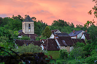 France, Corr&egrave;ze (19), S&eacute;gur-le-Ch&acirc;teau, class&eacute; Plus Beaux Villages de France, l'&eacute;glise Saint-L&eacute;ger et les toits des maisons du village le soir // France, Correze, Segur le Chateau, labelled Les Plus Beaux Villages de France (The Most beautiful<br /> Villages of France), Church Saint-L&eacute;ger and roofs of the houses at night