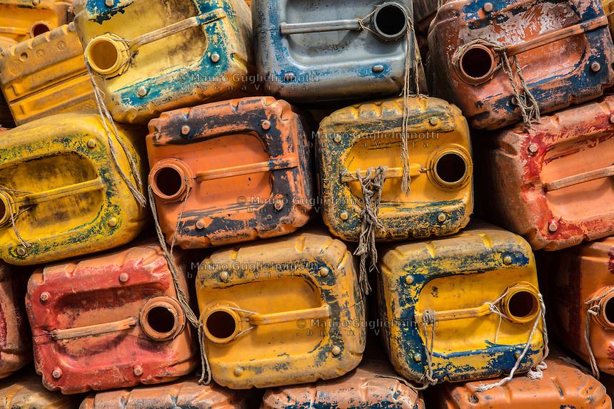 Taniche vuote Traffico illegale benzina dalla Nigeria al Benin deposito tanich edi benzina