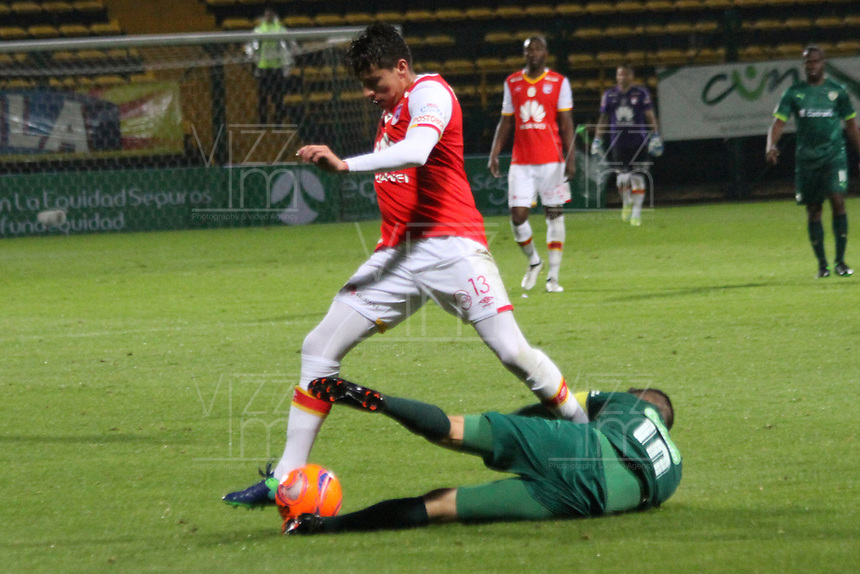 BOGOTA -COLOMBIA, 10-05-2017. Sebastian Salazar player of Independiente Santa Fe fights the ball   agaisnt of Stalin Motta player of La Equidad.Action game between Equidad and Independiente Santa Fe  during match for the date 17 of the Aguila League I 2017 played at Metropolitano de Techo  stadium . Photo:VizzorImage / Felipe Caicedo  / Staff