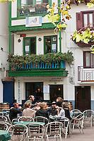 Europe/Espagne/Pays Basque/Guipuscoa/Fontarrabie: détail maisons du quartier des pêcheurs et terrasse d'un café