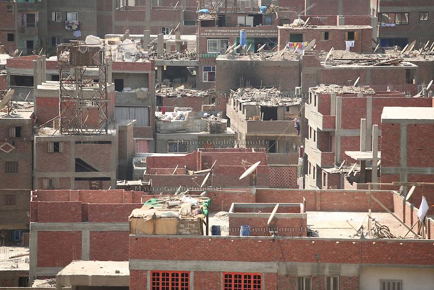 2011 Mokattam Garbage City (alla periferia del Cairo) il quartiere copto dove si vive in mezzo alla spazzatura raccolta: vista sui tetti dei palazzi pieni di macerie e sacchi.