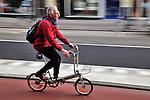 Nederland, Utrecht, 4 april 2011. Fietser met rugzak op vouwfiets rijdt op het fietspad. Foto: Gerard Til/Hollandse Hoogte