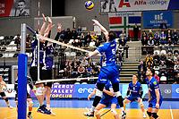 GRONINGEN - Volleybal, Lycurgus - Vocasa, Eredivisie, seizoen 2019-2020, 08-02-2020,  Lycurgus speler Collin Mahan tikt de bal over het blok