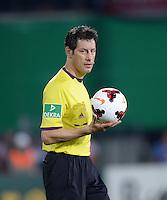 FUSSBALL   DFB POKAL 2. RUNDE   SAISON 2013/2014 SC Freiburg - VfB Stuttgart      25.09.2013 Schiedsrichter Wolfgang Stark mit Ball