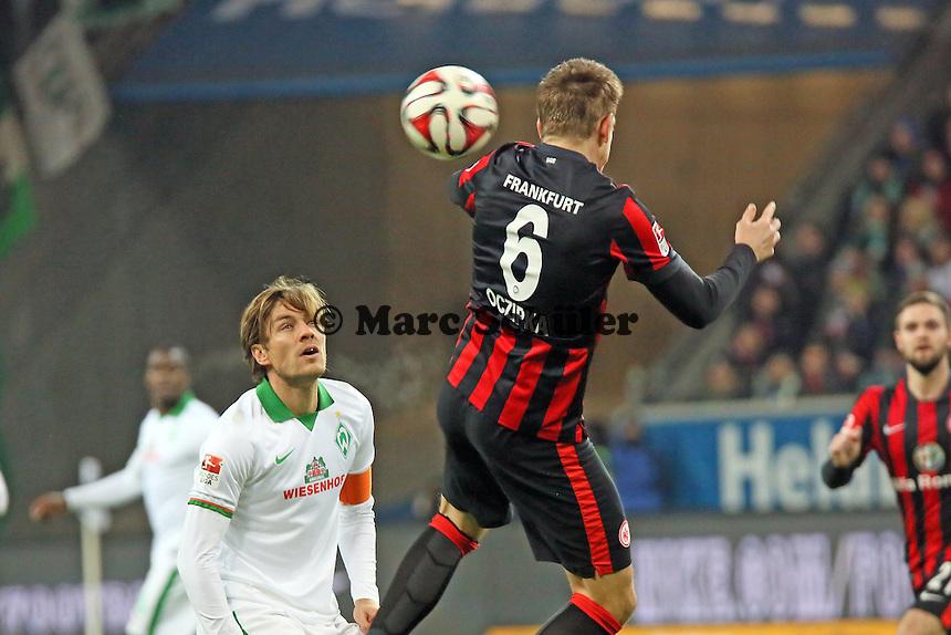 Bastian Oczipka (Eintracht) klaert vor Clemens Fritz (Werder)  - Eintracht Frankfurt vs. SV Werder Bremen, Commerzbank Arena
