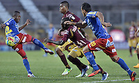 IBAGUÉ -COLOMBIA, 20-06-2013. Yimmy Chara () de Deportes Tolima disputa el balón con René Rosero (I) de Deportivo Pasto durante partido de los cuadrangulares finales, fecha 2, de la Liga Postobón 2013-1 jugado en el estadio Manuel Murillo Toro de la ciudad de Ibagué./ Deportes Tolima player Yimmy Chara (C) fights for the ball with Deportivo Pasto player Rene Rosero (L) during match of the final quadrangular 2th date of Postobon  League 2013-1 at Manuel Murillo Toro stadium in Ibagué city. Photo: VizzorImage/STR