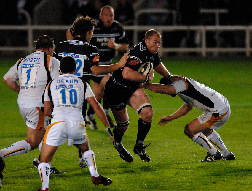 Photo: Richard Lane..Newcastle Falcons v Worcester Warriors. Guinness Premiership. 08/09/2006. .Falcons' Andy Perry attacks.