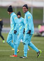 LONDRES, INGLATERRA, 05 FEVEREIRO 2013 - TREINO SELECAO BRASILEIRA -  O jogadores Neymar (E) e Ronaldinho Gaucho durante treino da seleção brasileira de futebol em um dos campos do The Hive Football Centre na tarde desta terça-feira, 05. Amanha a seleção brasileira enfreta a selecao inglesa em amistoso internacional. (FOTO: GUILHERME ALMEIDA / BRAZIL PHOTO PRESS).