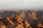 Vue sur les montagnes du Sinaï au lever du soleil. Quand le temps est clair, on peut distinguer les montagnes du désert arabique de l'autre côté de la Mer Rouge..