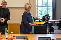 """3. Sitzung des Untersuchungsausschuss """"Gedenkstaette Hohenschoenhausen"""" des Berliner Abgeordnetenhaus am Dienstag den 2. Juni 2020.<br /> Als Zeugin war die Beauftragte der Bundesregierung fuer Kultur und Medien, Prof. Monika Gruetters (CDU) geladen (rechts).<br /> Der Untersuchungsausschuss wurde eingesetzt um sich """"mit moeglichen Ursachen, Konsequenzen und der Verantwortung fuer mutmassliche Fehlentwicklungen an der """"Gedenkstaette Berlin-Hohenschoenhausen"""" in der 17. und 18. Wahlperiode"""" zu befassen. Der damalige Leiter der Gedenkstaette, Hubertus Knabe, war 2019 entlassen worden, nachdem sich mehrere Mitarbeiterinnen ueber sexuell uebergriffiges Verhalten des Leiters und anderen Vorgesetzter oeffentlich geaeussert hatten.<br /> 2.6.2020, Berlin<br /> Copyright: Christian-Ditsch.de<br /> [NUR FUER REDAKTIONELLE ZWECKE! Werbung nur auf Anfrage beim Fotografen. Inhaltsveraendernde Manipulation des Fotos nur nach ausdruecklicher Genehmigung des Fotografen. Vereinbarungen ueber Abtretung von Persoenlichkeitsrechten/Model Release der abgebildeten Person/Personen liegen nicht vor. NO MODEL RELEASE! Don't publish without copyright Christian-Ditsch.de, Veroeffentlichung nur mit Fotografennennung, sowie gegen Honorar, MwSt. und Beleg. Konto: I N G - D i B a, IBAN DE58500105175400192269, BIC INGDDEFFXXX, Kontakt: post@christian-ditsch.de<br /> Bei der Bearbeitung der Dateiinformationen darf die Urheberkennzeichnung in den EXIF- und  IPTC-Daten nicht entfernt werden, diese sind in digitalen Medien nach §95c UrhG rechtlich geschuetzt. Der Urhebervermerk wird gemaess §13 UrhG verlangt.]"""