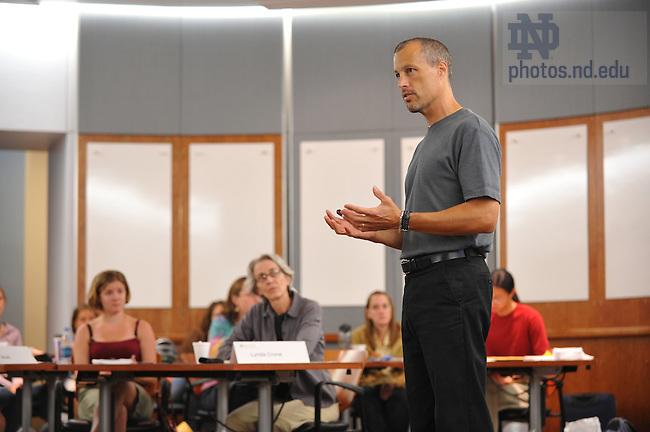 Mendoza College of Business professor Matt Bloom teaches in the Giovaninni Commons...Photo by Matt Cashore/University of Notre Dame